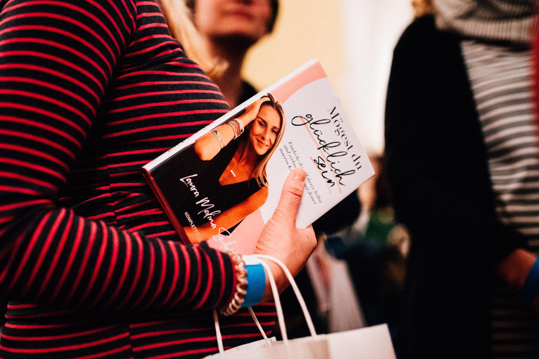 Buchtour Mögest Du glücklich sein Lesung Laura Seiler Buch Inka Englisch Photography Fotograf Coach Speaker Reportage